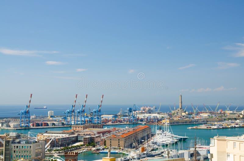 旧港口顶面空中风景全景与灯塔La Lanterna二赫诺瓦的 免版税库存图片