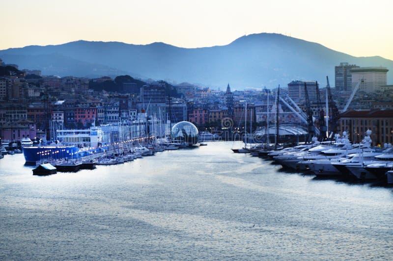 旧港口,海视图的全景与港起重机的,清早,在黄昏和早日出,热那亚,意大利 免版税库存图片