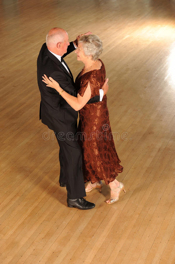 更旧的夫妇跳舞 免版税库存图片