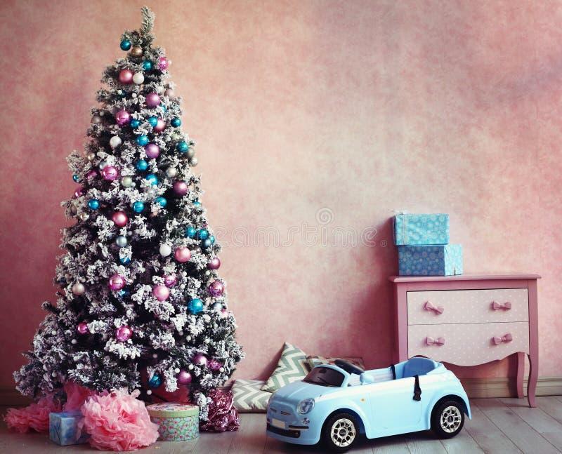 破旧的小鸡减速火箭的室圣诞节装饰 免版税图库摄影