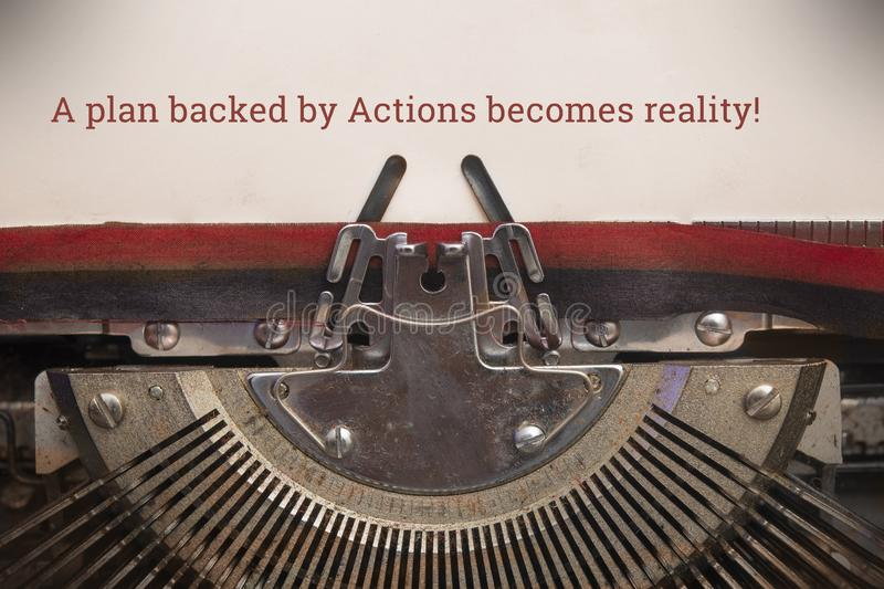 旧的手动打字机键入的文本以行动为后盾的计划成为现实 库存照片
