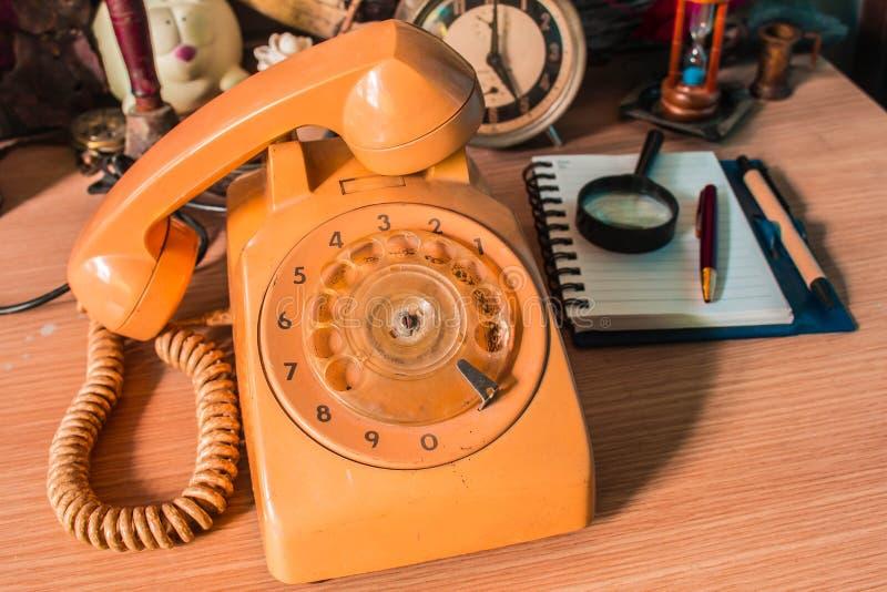 更旧的电话和在木 免版税库存图片