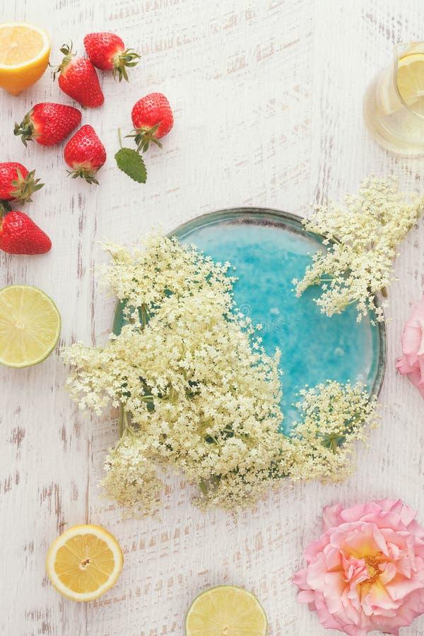 更旧的花,玫瑰色和草莓冰糕成份 库存图片