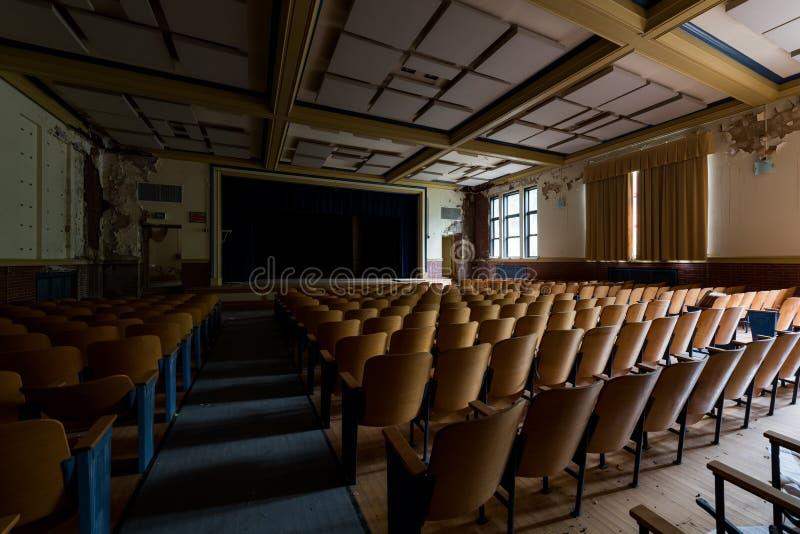 旧礼堂 — 废弃的格莱斯顿学校 — 匹兹堡,宾夕法尼亚州 库存图片