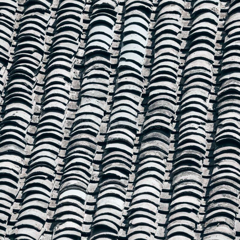 旧粘土瓦屋顶背景 免版税图库摄影