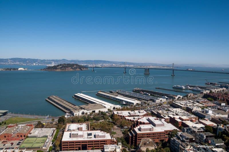 旧金山、加利福尼亚- 2015年9月9日-奥克兰海湾桥梁和Yerba Buena海岛的看法从Coit塔 库存图片