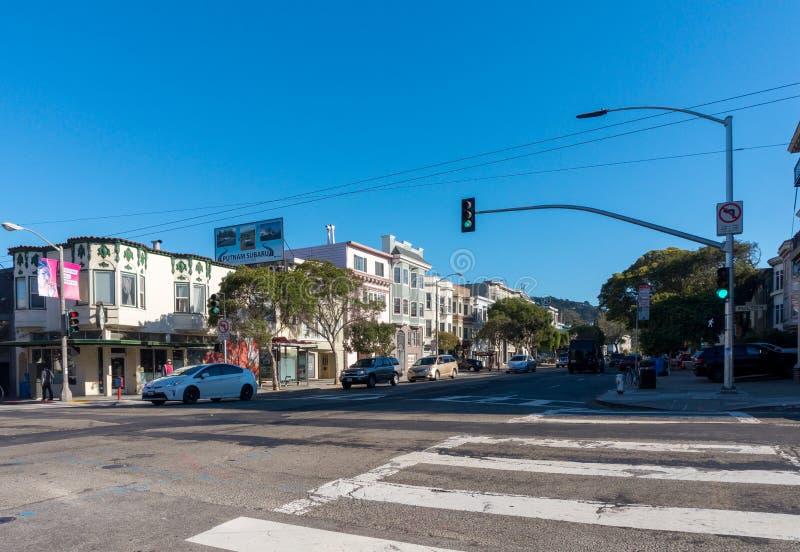 旧金山与交叉路和汽车的街道视图 免版税库存照片