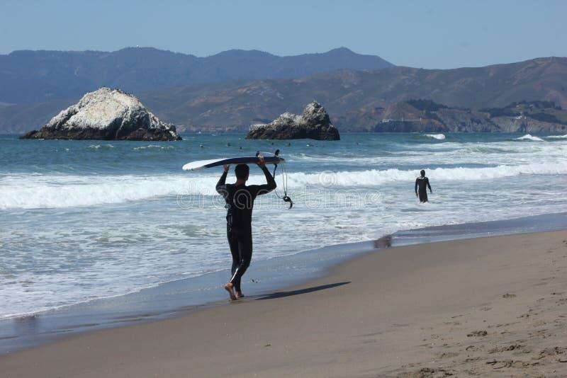 旧金山北部海滩的男性冲浪者 库存照片