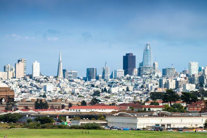 旧金山地平线从一个北城市公园的 库存照片