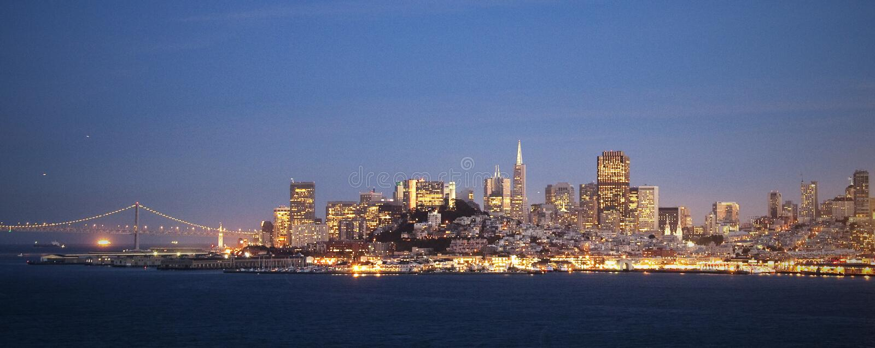 旧金山地平线在夜之前 免版税库存照片