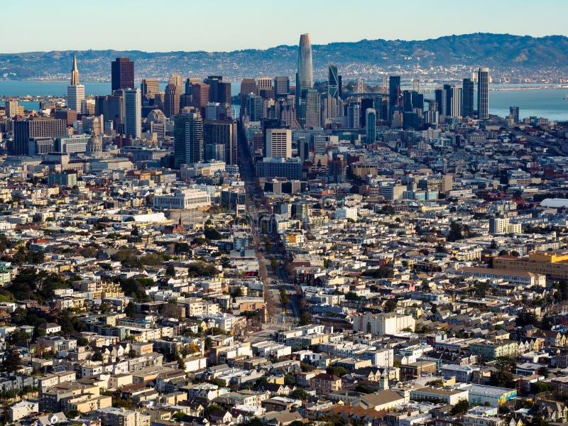 旧金山地平线,在海湾的都市风景,从双峰顶的看法 库存照片