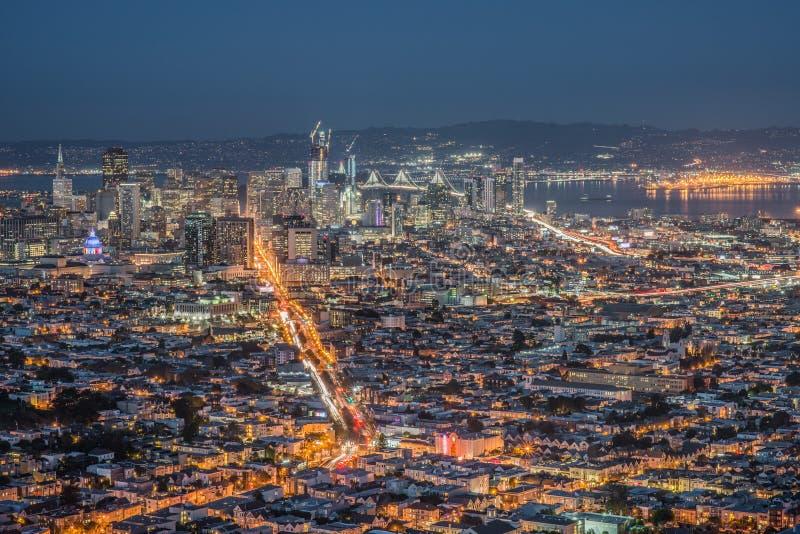 旧金山夜都市风景全景在日落以后的蓝色小时被采取在双峰顶 免版税库存图片