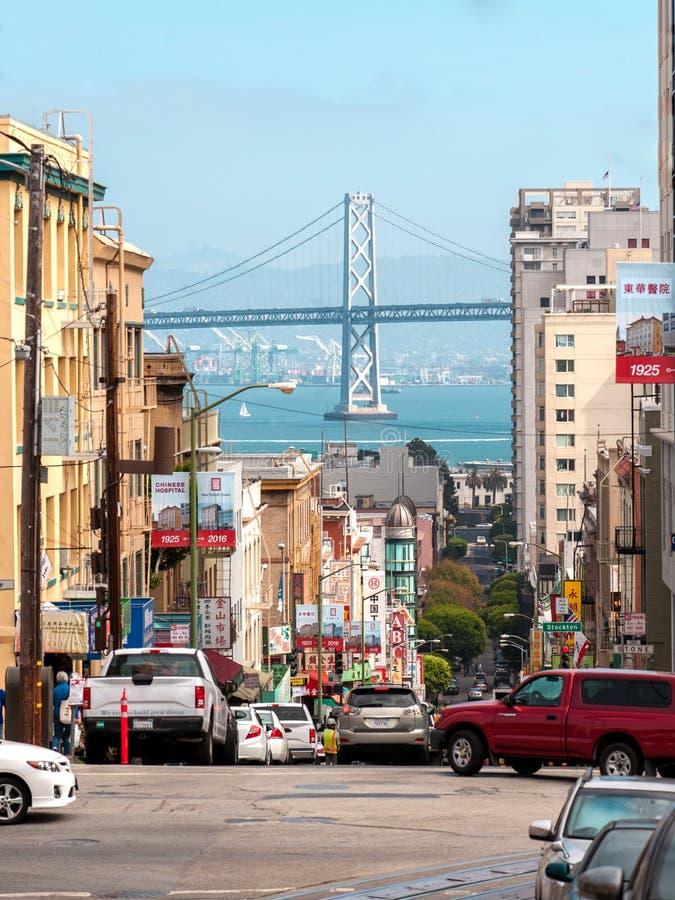 旧金山对海洋和桥梁的街道视图 中国镇在旧金山 免版税库存图片