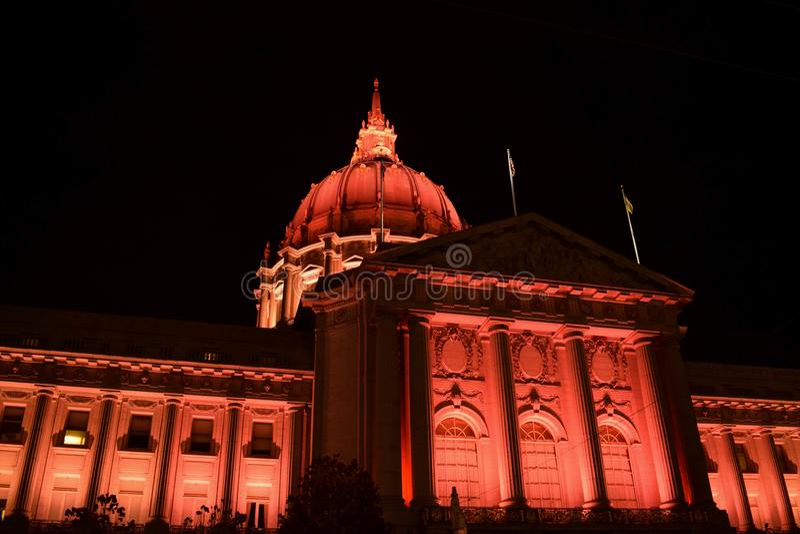 旧金山政府大厦在红色照亮了在晚上 免版税库存照片