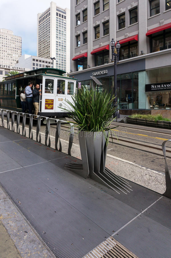 旧金山有去下来在街道上的游人的缆车 库存图片