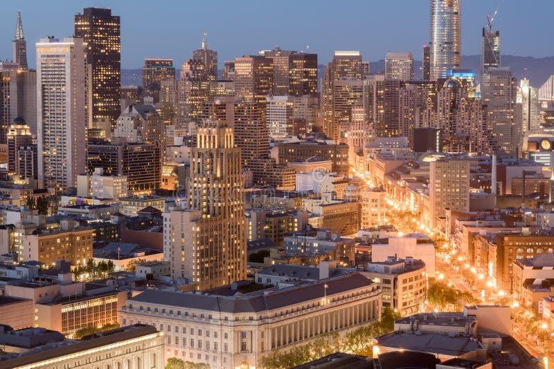 旧金山街市和农贸市场鸟瞰图在黄昏 免版税库存照片