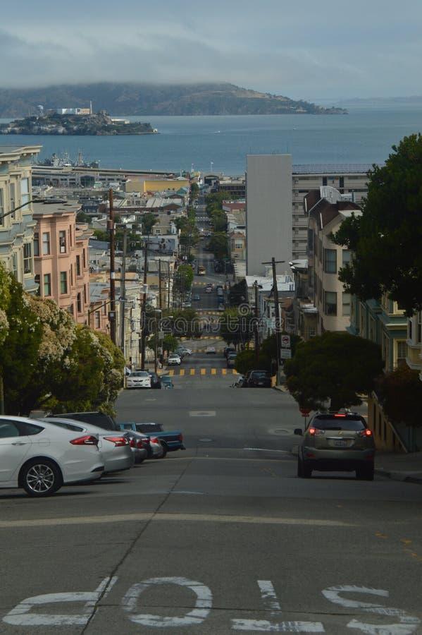 旧金山街道有Alcatraz监狱的壮观的看法 旅行假日Arquitecture 免版税图库摄影