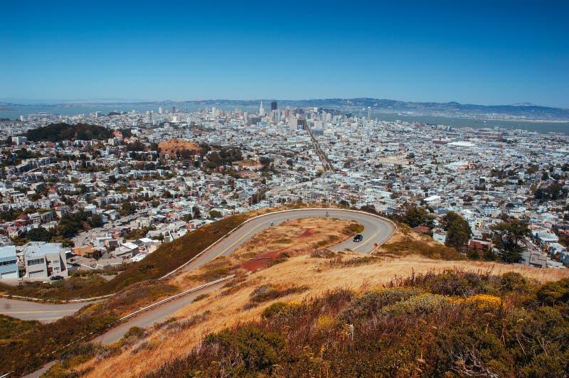 旧金山都市风景从看curv的双峰顶的地平线视图 免版税库存照片
