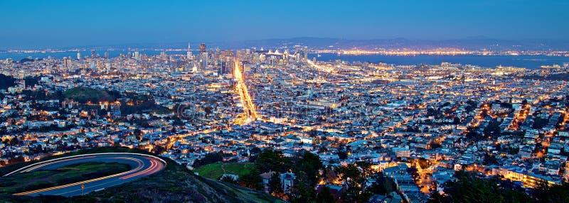 旧金山都市风景在晚上 免版税库存图片