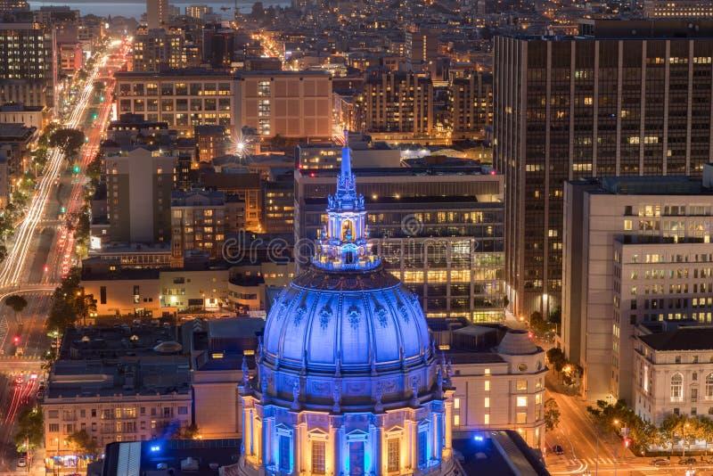 旧金山香港大会堂鸟瞰图在与金州勇士队颜色的晚上 图库摄影