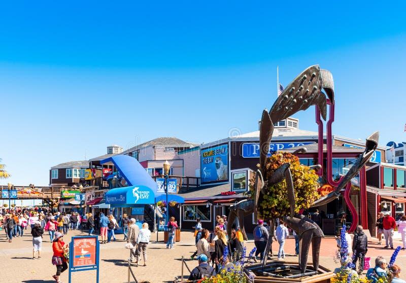旧金山,加利福尼亚美国- 2018年9月17日:访客在码头39,商店和餐馆走在一好日子 r 图库摄影