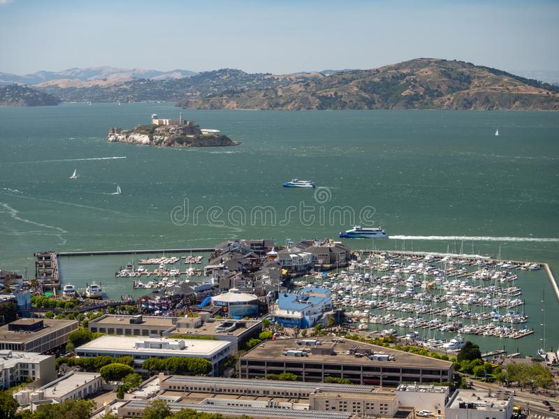 旧金山,加利福尼亚,美国:阿尔卡特拉斯岛监狱海岛海湾和fishermans码头码头 库存照片
