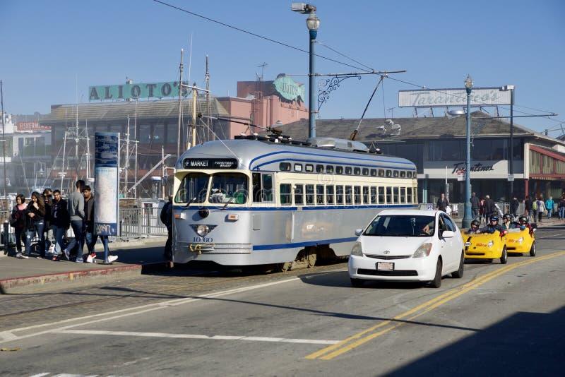 旧金山,加利福尼亚,美国- 2018年11月25日:运输乘客的历史的银色街道汽车在 库存图片