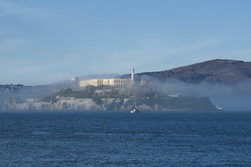 旧金山,加利福尼亚,美国- 2018年11月25日:阿尔卡特拉斯岛监狱在雾全景在一好日子期间 库存照片