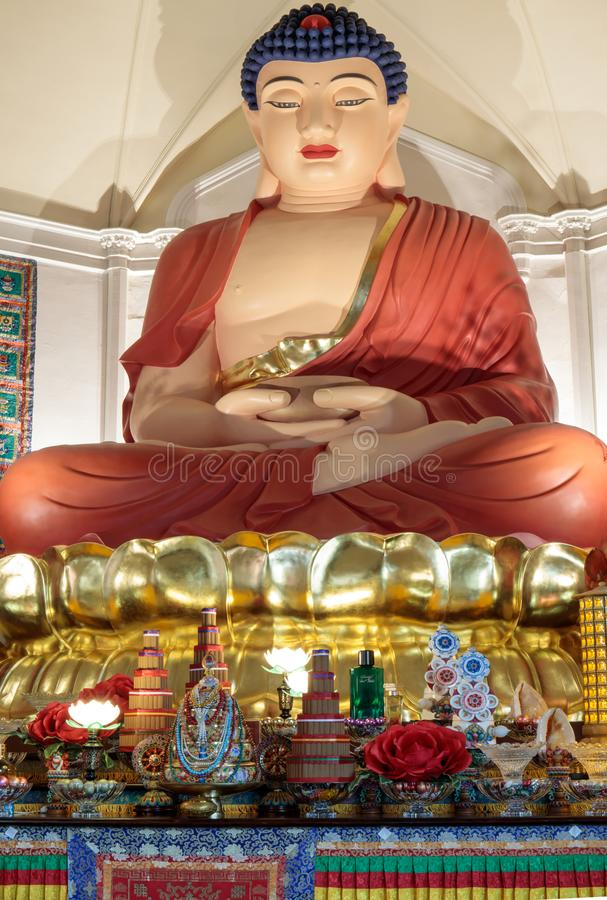 旧金山,加利福尼亚- 2018年7月27日:阿弥陀佛菩萨二十一个英尺高坐的雕象  华臧Si佛教寺庙 图库摄影