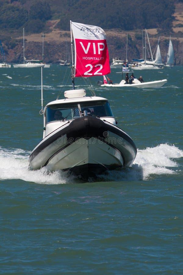 旧金山,加州- 8月26日:在圣Franci海湾的VIP小船  免版税库存图片