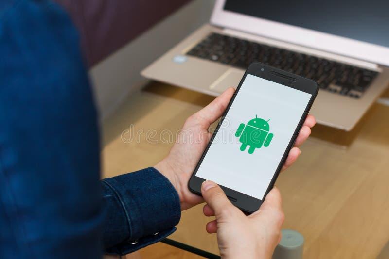旧金山,美国- 2019年4月22日:由拿着智能手机的女性手决定的关闭使用机器人OS,旧金山 免版税库存照片