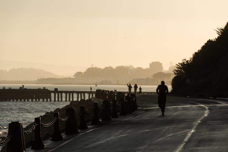 旧金山,美国- 2018年10月12日:跑在日出的人们靠近鱼雷码头和堡垒点旧金山 免版税库存照片