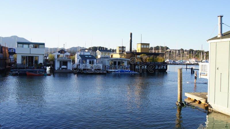旧金山,美国- 2014年10月4日, :水的一个社区在Sausalito,漂浮在北加利福尼亚回家 免版税库存照片