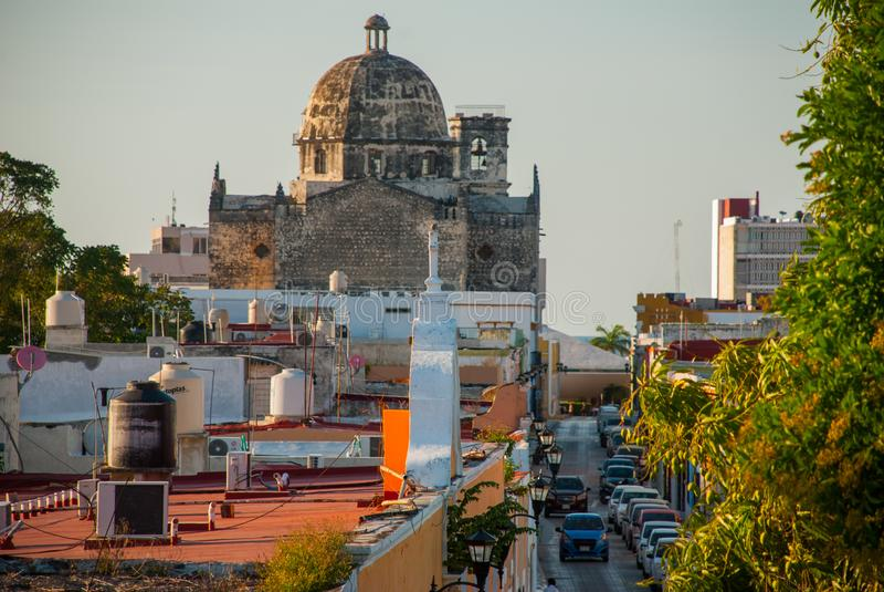 旧金山de坎比其,墨西哥:前圣何塞大教堂的看法 它是阴险的人修道院,现在古芝的主要寺庙 免版税库存照片