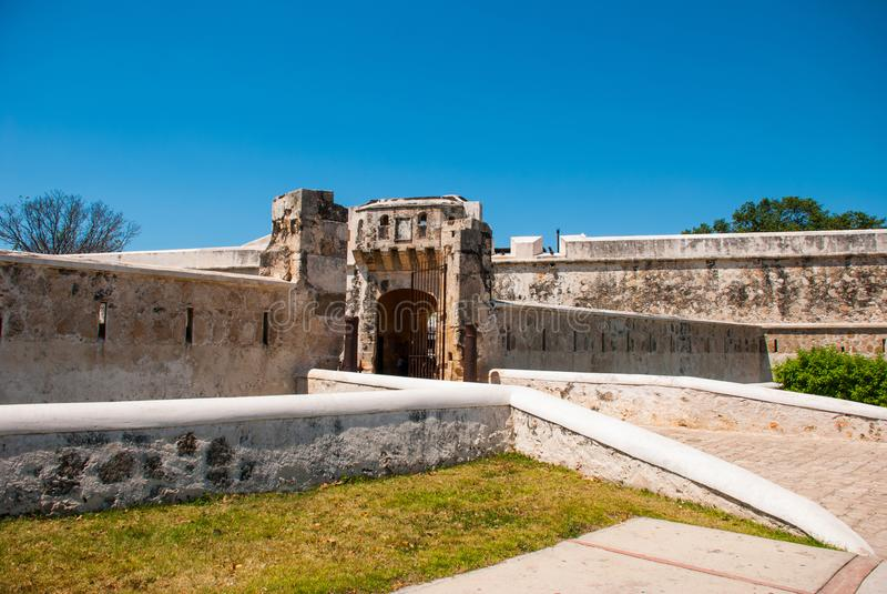 旧金山de坎比其,墨西哥:老堡垒墙壁和入口对历史的中心 土地门普埃尔塔de铁拉 免版税库存图片
