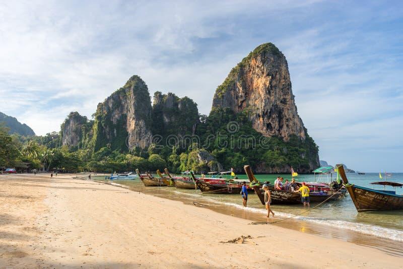 早上,游客从一艘泰国长尾船降落在 库存照片
