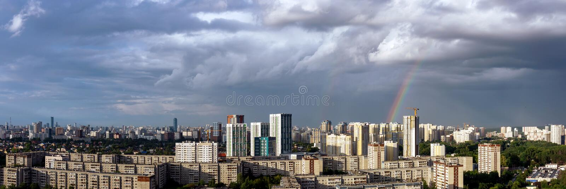 早冬日落3大都市上空的晨云 免版税库存图片