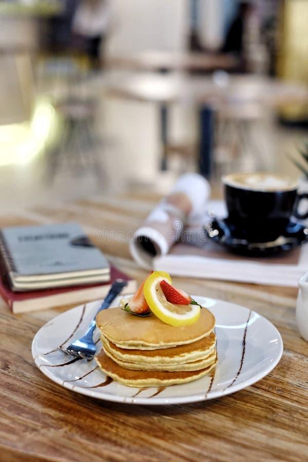 早午餐的煎饼和水果封头 库存图片