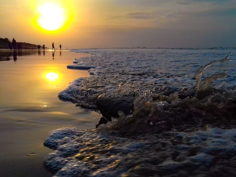 早晨与石头的海水碰撞 免版税库存照片