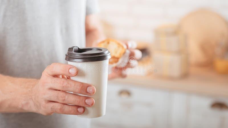 早晨习性一次性杯子热的饮料厨房 图库摄影