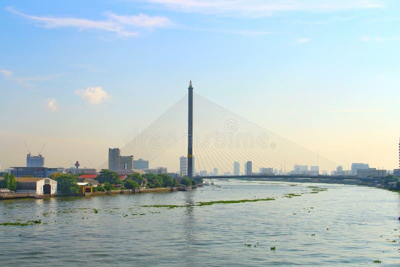 早晨使Rama 8桥梁环境美化城市视图在昭披耶河的有光的 库存图片