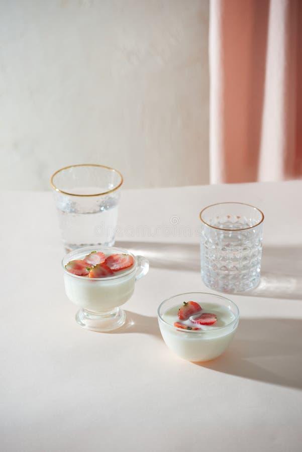 早晨健康早餐和莓果在白色背景 o 免版税库存照片