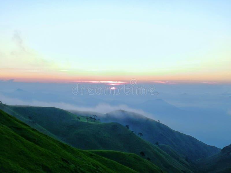 早晨光从云彩过来 库存照片