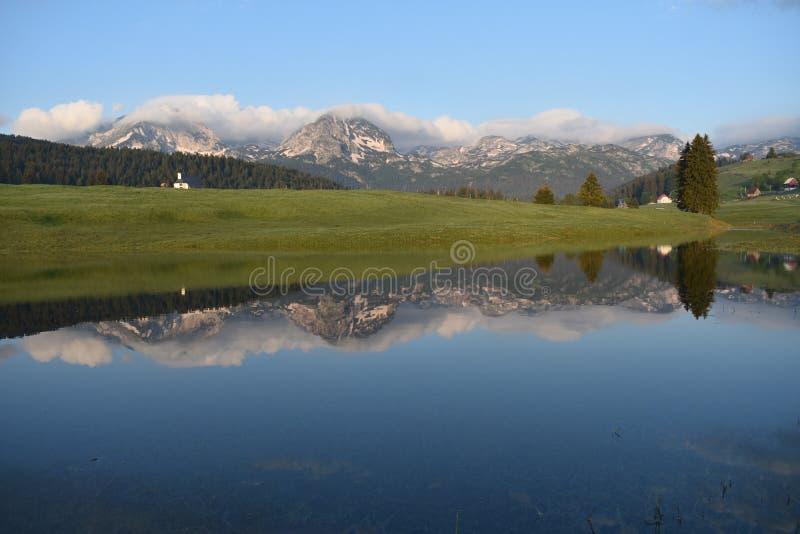 早晨全景和反射在水中 图库摄影