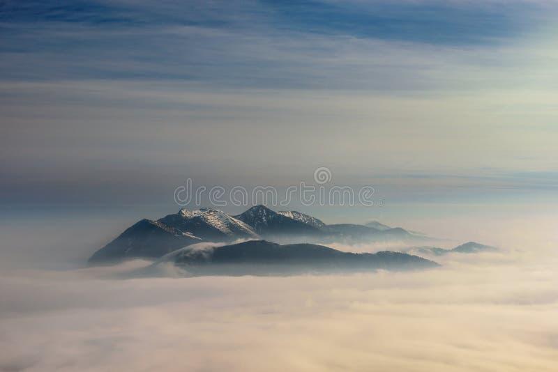 早晨冬天手淫山景 巴伐利亚的多雪的山峰 库存图片