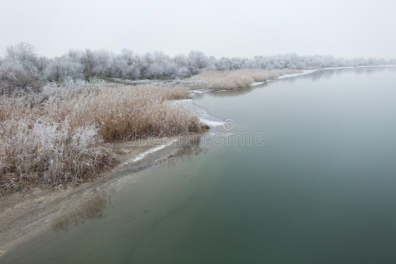 早晨冬天河 库存照片