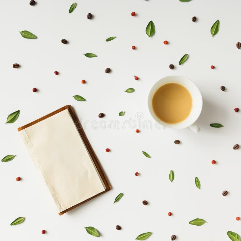 早晨咖啡五颜六色的样式 平的位置 免版税库存照片