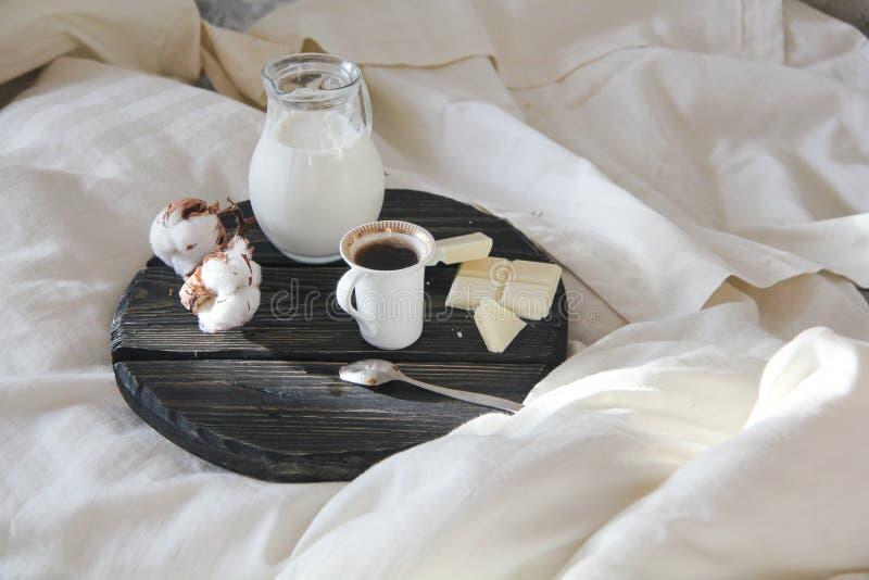早晨咖啡在床和太阳` s上发出光线 库存照片
