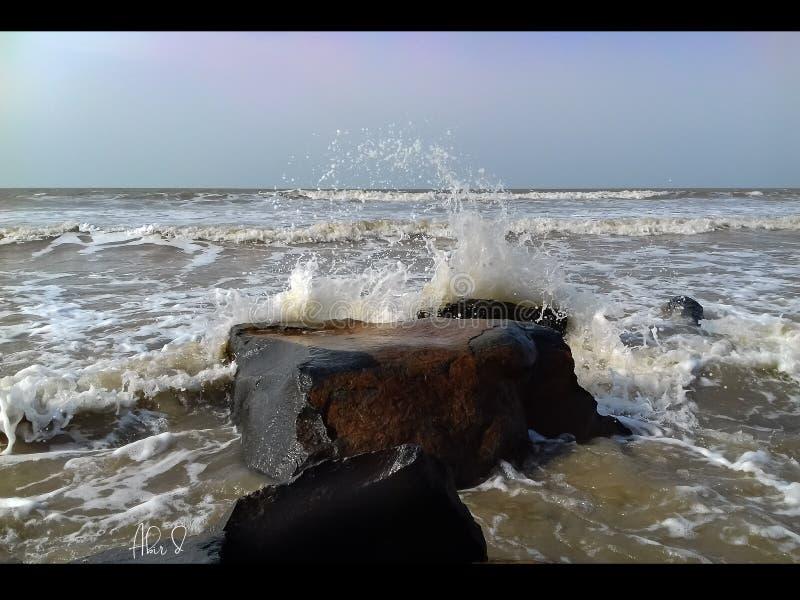 早晨在海滨的海水碰撞 免版税库存照片