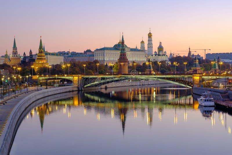 早晨城市风景有在克里姆林宫的看法和反射在河中水  库存图片